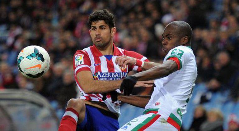 Diego Costa pugna com Nyom