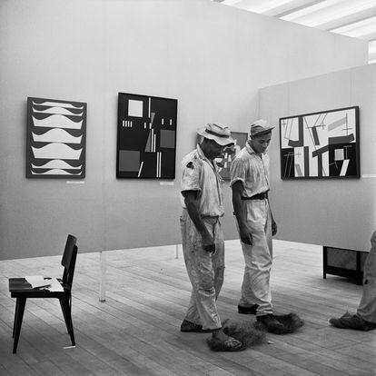Montagem da I Bienal do Museu de Arte Moderna de São Paulo, esplanada do Trianon, avenida Paulista, 1951. Homens limpam a sala da delegação suíça, com pinturas de Sophie H. Taeuber-Arp.
