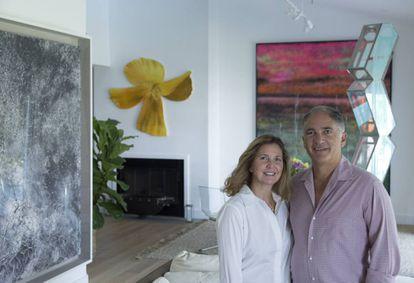O casal Mónica e Javier Mora em sua residência de Key Biscayne (Miami, Flórida), entre obras de Nate Lowman, Sterling Ruby e Olafur Eliasson