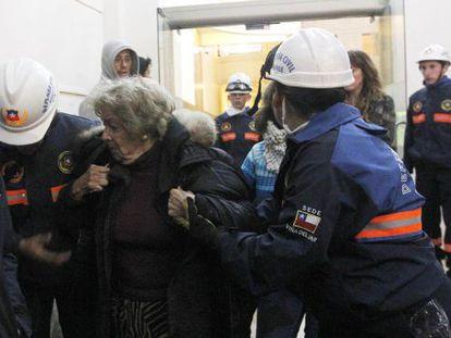 A defesa civil evacua um edifício em Viña del Mar.