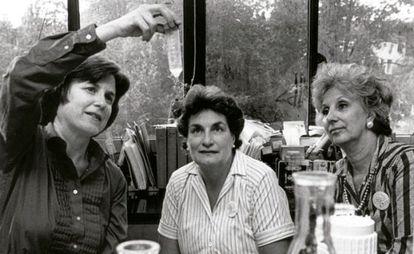 Marie-Claire King, à esquerda, com as líderes das Avós da Praça de Maio.