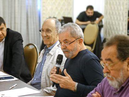 O ex-presidente Lula, ao lado dos outros membros do novo conselho.