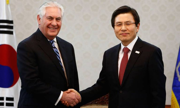 O Secretário de Estado norte-americano, Rex Tillerson, aperta a mão do presidente sul-coreano em exercício, Hwang Kyo-ah, à direita.