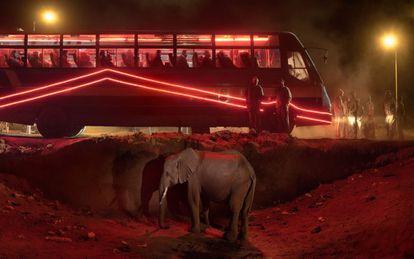 Bus station with elephant and red bus ( Estación de autobús con elefante y autobús rojo), 2018