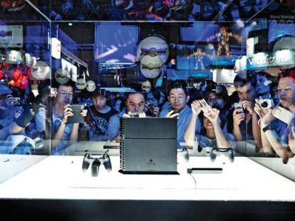 Milhares de pessoas conhecem a PlayStation 4 na Feira Tokyo Games Show.