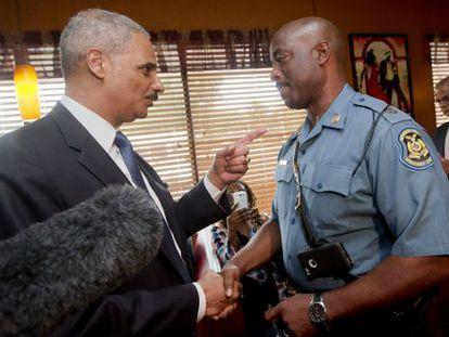Holder junto ao policial encarregado de supervisionar os protestos.