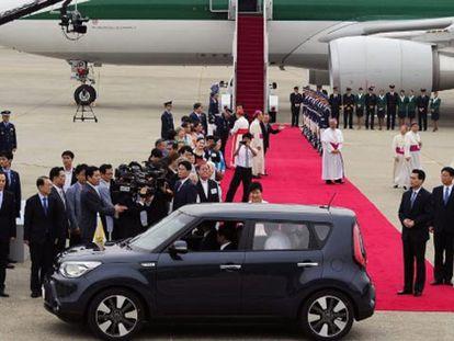 O papa Francisco, após aterrissar em Seul.