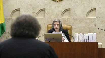 A ministra Cármen Lúcia, em sessão no STF.