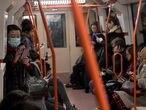 Dvd991(05/02/20) Mascarillas , esperas para abrir la puerta cual duelo en el oeste y mucho movil en medio de la crisis del Coronavirus en el Metro de Madrid Foto: Víctor Sainz