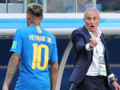 Tite orienta Neymar durante a partida contra a Costa Rica.