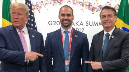 Eduardo ao lado do pai e de Trump, no encontro do G20, em foto publicada por ele em seu Instagram.