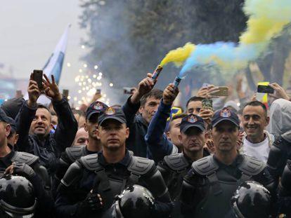 Torcedores do Kosovo celebram antes da partida.