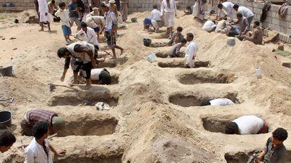 Covas em Saada para enterrar as crianças mortas no ataque.