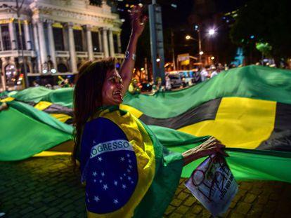 Manifestante contrária ao Governo Dilma protesta no Rio de Janeiro, nesta segunda-feira.