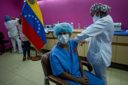 Funcionários do hospital Domingo Luciani participam de uma jornada de administração da vacina russa Sputnik V, em Caracas, no começo de março.