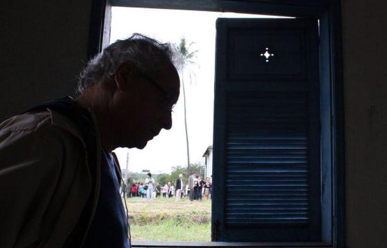 O ex-preso político Umberto Trigueiros Lima na casa onde foi torturado no Rio.