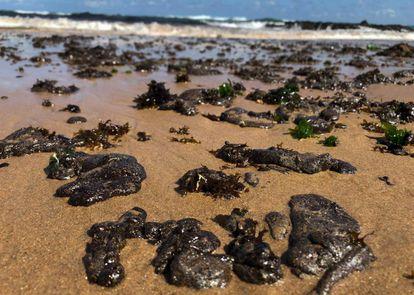 Manchas de óleo na praia da Pituba, em Salvador.
