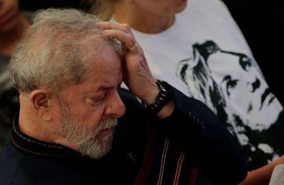 Lula na missa de um ano de morte da esposa, Marisa Letícia.