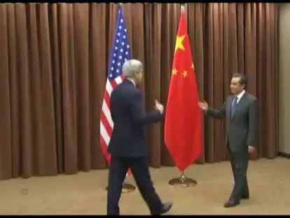 O Secretário de Estado norte-americano, John Kerry, em seu encontro com o presidente chinês, Xi Jinping, nesta sexta-feira em Pequim.