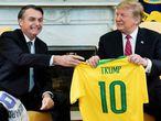 Bolsonaro entrega a Trump una camiseta de la selección brasileña en la Casa Blanca.