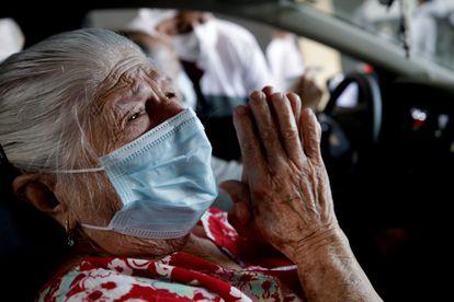 -FOTODELDÍA- AME4088. SAO PAULO (BRASIL), 08/02/2021.- Una señora agradece hoy a Dios tras ser vacunada contra la covid-19 en un autoservicio en Sao Paulo (Brasil). Este lunes entró en funcionamiento en el estadio Pacaembú de Sao Paulo un centro de autoservicio para vacunar a adultos mayores contra la covid-19, como parte de un programa sanitario contra la pandemia. EFE/FERNANDO BIZERRA