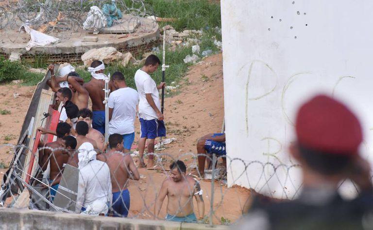 Detentos rebelados na penitenciária de Alcaçuz fazem barricadas em um dos pavilhões, nesta terça-feira.