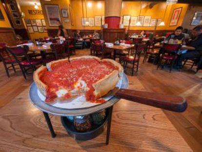 Pizza típica de Chicago, borda alta e grossa, como se fosse uma torta, no restaurante Giordano's.