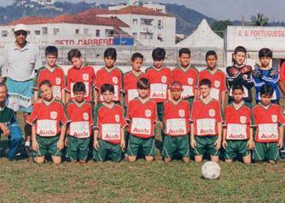 Neymar (de faixinha vermelha na cabeça) e, à sua esquerda, Léo Baptistão, nos tempos de Portuguesa Santista.
