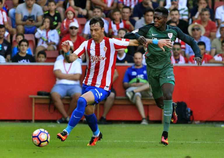 Iñaki Williams (direita) disputa bola com o defensor do Sporting Gijón Fernando Amorebieta.