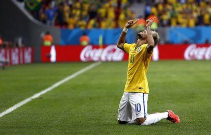 Neymar comemora um gol contra Camarões na Copa.
