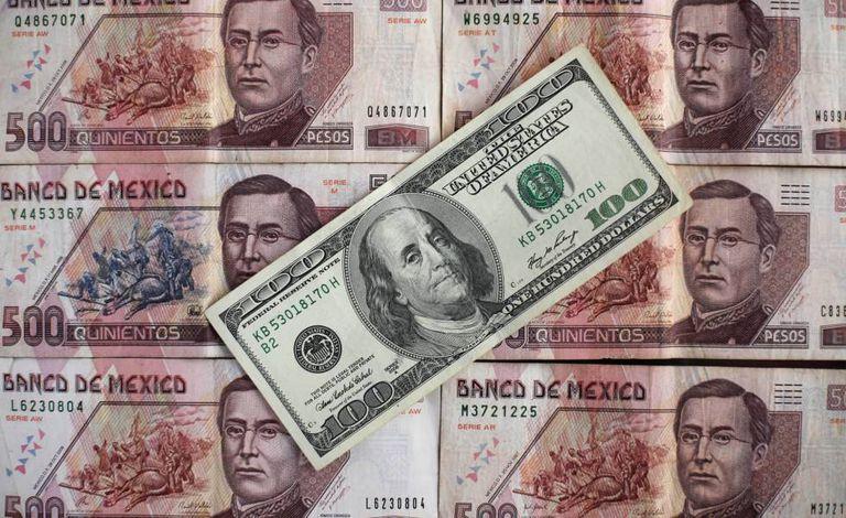 Pesos mexicanos e dólares.