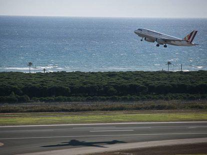 Um avião decola do Aeroporto do Prat em Barcelona.