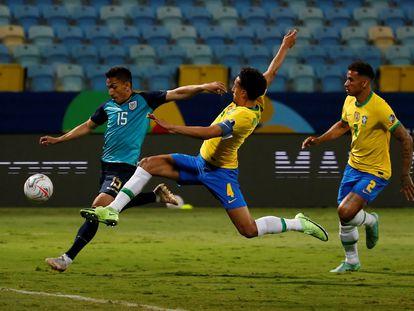 Mena venceu a marcação de Marquinhos para empatar o jogo em Goiânia.