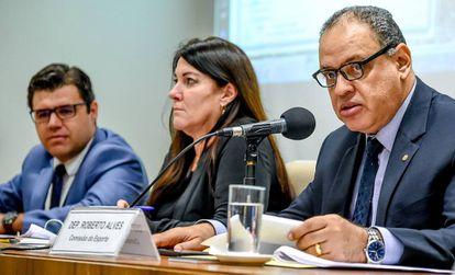 Deputado Roberto Alves (dir.) ao lado de representantes do MP e CBF.