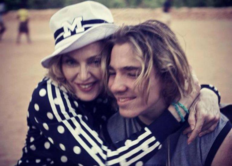 Madonna, um enésimo caso da mãe questionada por todos pelo seu relacionamento com o filho, o adolescente Rocco.