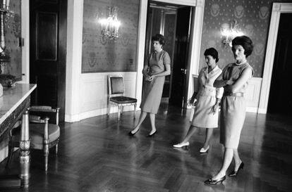 A secretária da Comissão de Belas Artes Janet Felton (esquerda) e a comissária da Casa Branca Lorraine Pearce (centro) examinam com Jackie Kennedy a Sala Azul em 1961.  