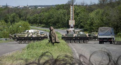 Soldados ucranianos tomam posições em um controle em Slaviank.