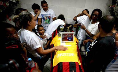 Parentes e amigos do goleiro Christian Esmerio, de 15 anos, uma das vítimas do incêndio no CT do Flamengo.