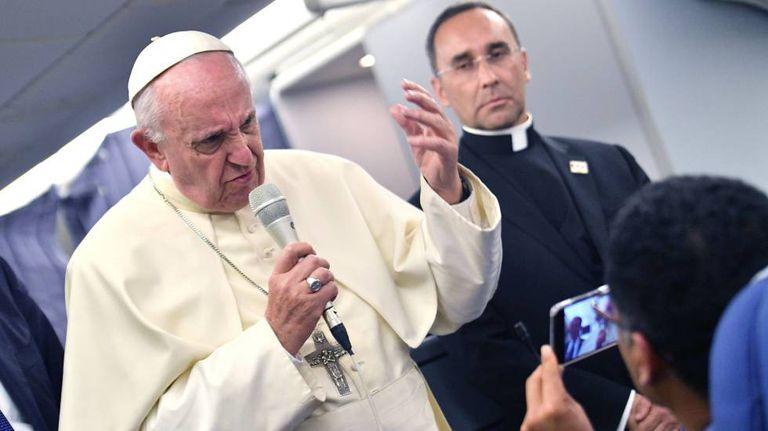O Papa Francisco faz uma declaração aos jornalistas a bordo do avião durante o voo de volta para a Itália depois de sua visita à América do Sul.