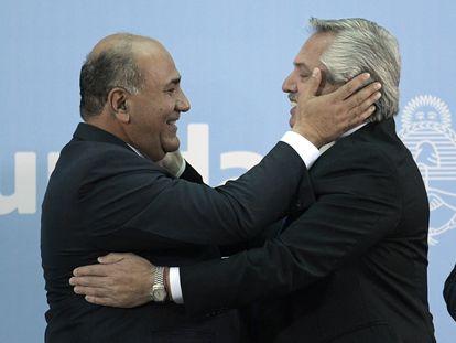 O presidente Alberto Fernández abraça seu novo chefe de Gabinete, Juan Manzur, na Casa Rosada, em Buenos Aires, em 20 de setembro.