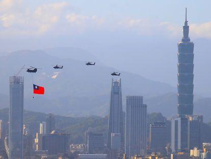 Helicópteros militares taiwaneses transportam uma bandeira nacional durante os ensaios do desfile pelo dia nacional no dia 10.