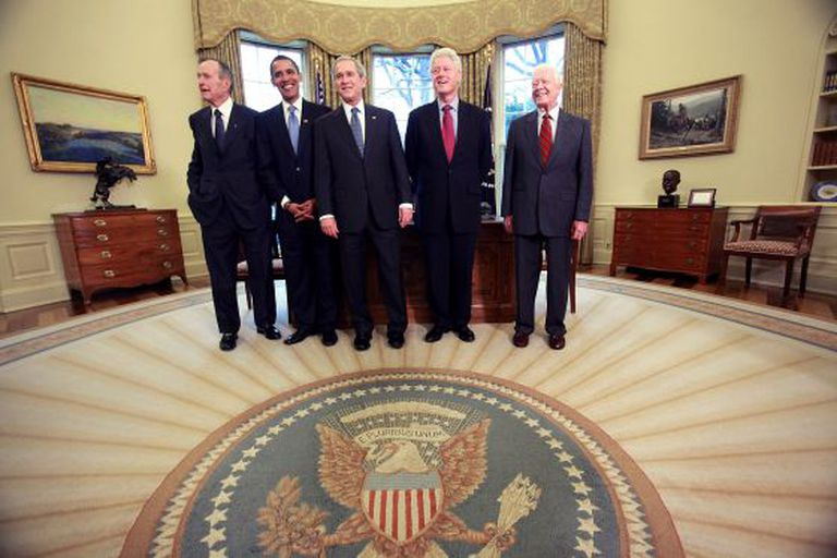 Da esq. para dir.: George Bush pai, Barack Obama, Bush filho, Bill Clinton e Jimmy Carter no Salão Oval.