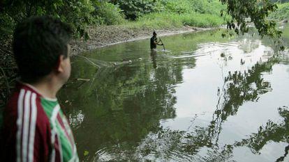 Frame do filme 'Toxitour' mostra um rio da região de Lago Ágrio que os moradores afirmam ter sido contaminado por dejetos de petróleo.
