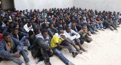 Centenas de imigrantes sem papéis na Líbia.