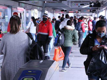 Usuários do Transmilênio em Bogotá durante a pandemia.