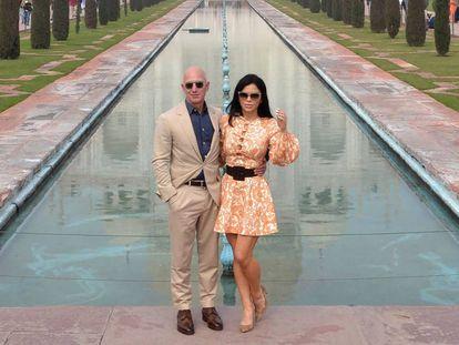 O dono da Amazon, Jeff Bezos, e sua namorada Lauren Sanchez, diante do Taj Mahal, na última quarta-feira, 21 de janeiro.