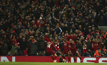 Wijnaldum, Alexander-Arnold e Henderson comemoram gol do Liverpool.