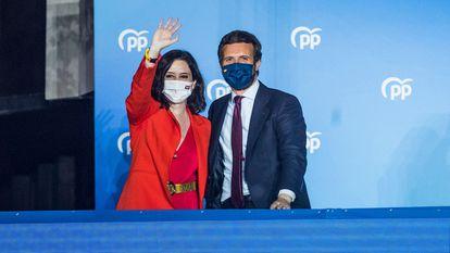A presidente da Comunidade de Madri e candidata ao Partido Popular à reeleição, Isabel Díaz Ayuso, com o líder do partido, Pablo Casado, nesta terça-feira.