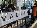 """ACOMPAÑA CRÓNICA: CORONAVIRUS BRASIL. BRA50. SAO PAULO (BRASIL), 07/07/2021.- Ciudadanos asisten a vacunarse contra la covid-19 hoy, en una unidad básica de salud (UBS), en Sao Paulo (Brasil). Brasil ha comenzado a rebelarse contra los """"sumillers de vacunas"""", como son conocidos los brasileños que tan solo están dispuestos a ser inoculados con una marca específica de vacuna anticovid pese al crítico momento que todavía vive el país, uno de los más afectados del mundo por la pandemia. EFE/ Sebastiao Moreira"""
