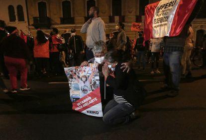 Dois simpatizantes de Fujimori choram depois de divulgada a pequena vantagem de Castillo na contagem rápida.